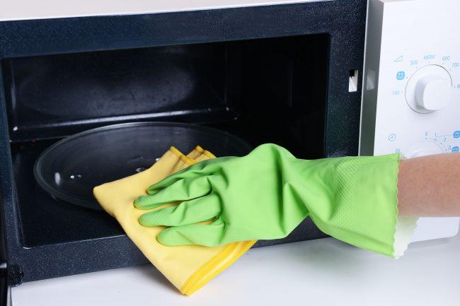 Бережное очищение микроволновки в соответствии со всеми правилами поможет продлить срок ее службы