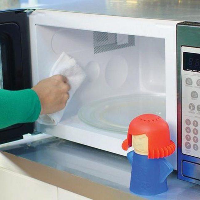 Убирать остатки загрязнений нужно только с помощью мягкой тряпки - идеальный вариант - махровое полотенце