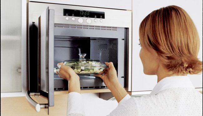 Микроволновка - важный элемент на кухне, поэтому стоит основательно подойти к ее чистоте