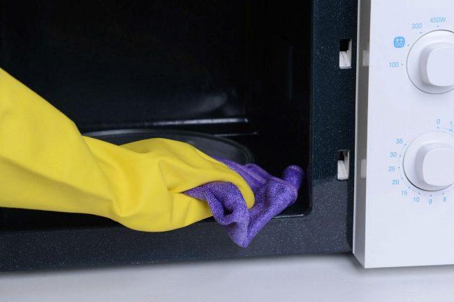Очищать микроволновую печь необходимо с помощью губки либо мягкой тряпки, дабы не повредить покрытие печи