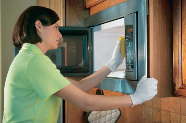 Для легкой чистки микроволновки стоит использовать обычную губку и «Фейри»