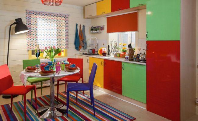 Разноцветный полосатый ковер на яркой кухне