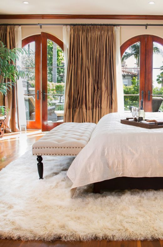 Длинноворсовые ковры в интерьере спальни