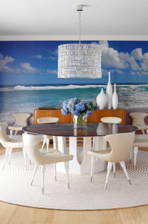Круглый стол и круглый ковер станут украшением обеденной зоны