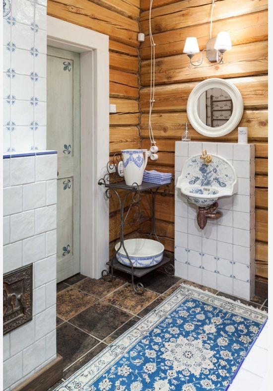 Шелковый ковер гармонично сочетается с антикварными предметами быта в ванной комнате