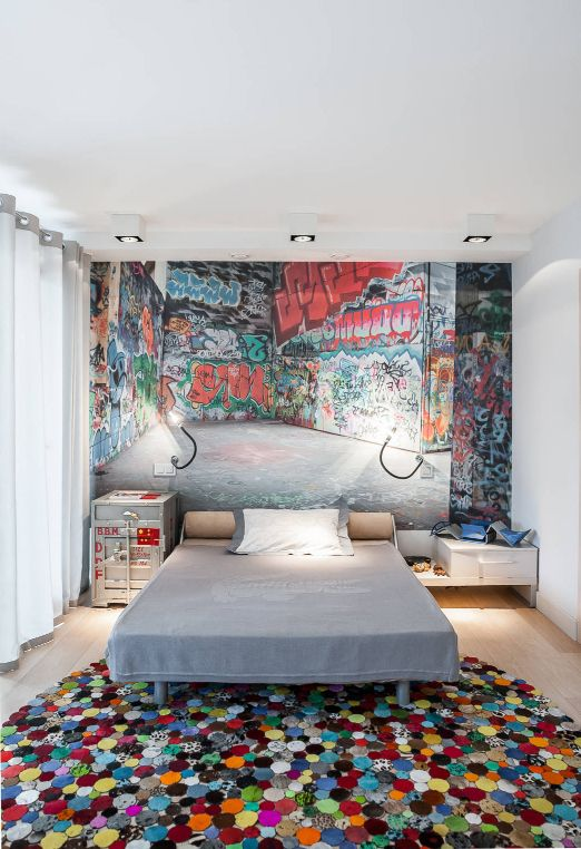 как подобрать ковер к интерьеру: необычный ковер из разноцветных нитей в спальне подростка