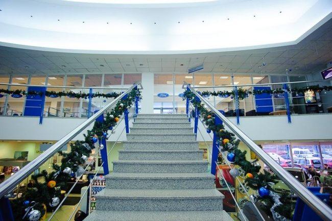 Украшение лестничного пролета в офисном центре компании Ford