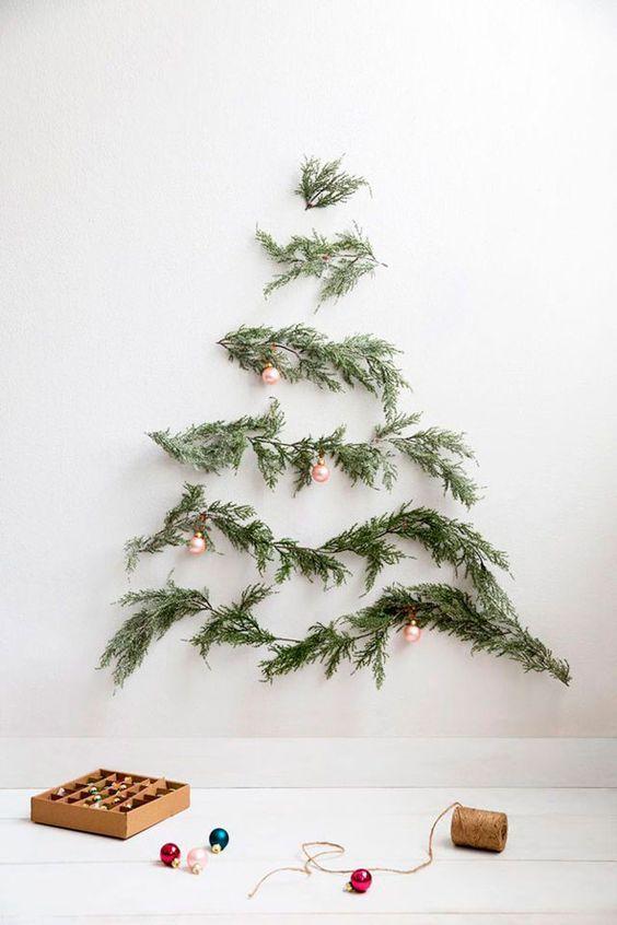 Настенная елка из натуральных еловых веток