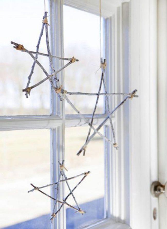 Доступный вариант самостоятельного декора - подвесные звезды из веток