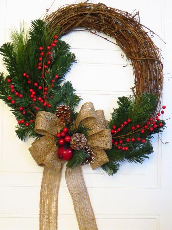 Еловый венок на двери создаст новогоднее настроение