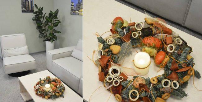 Украсить приемную комнату в офисе можно с помощью венка и свеч на журнальном столике
