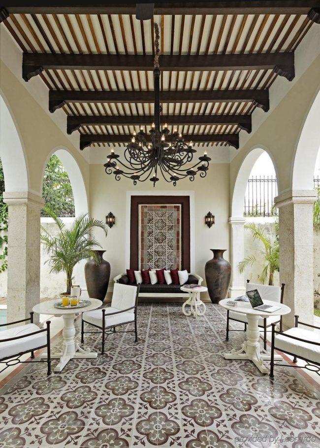 Испанский колониальный стиль: балки, арки, кованые элементы