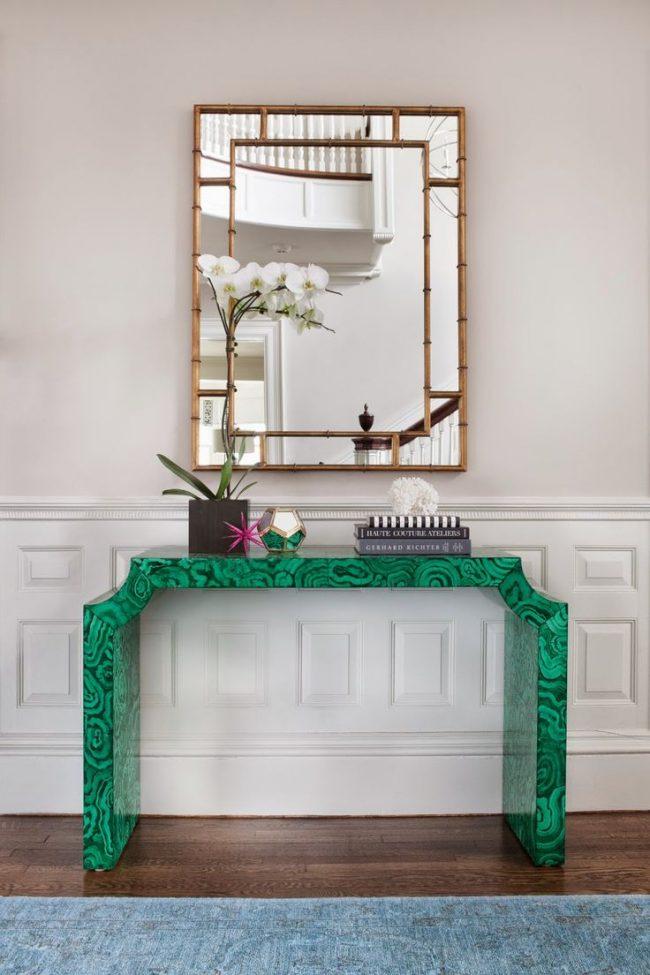 Яркий столик с зеркалом из натурального камня