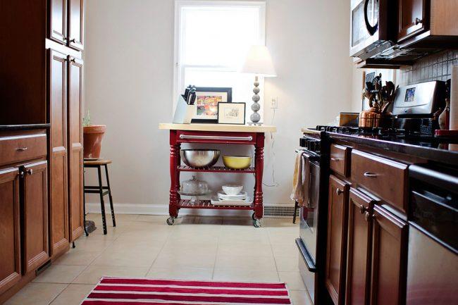 Кухонная консоль на колесиках с полочками