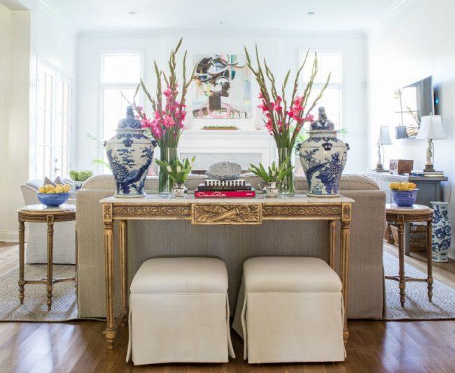 Столик в стиле ампир в традиционной гостиной