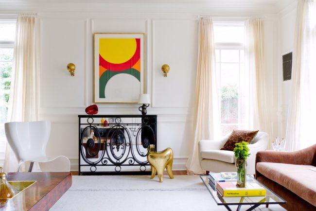 Зеркальная тумба в гостиной поможет зрительно расширить границы комнаты