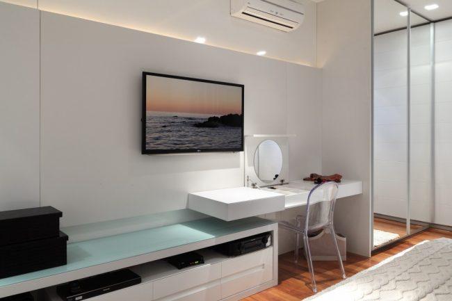 Угловая консоль у стены, выполняющая роль туалетного столика