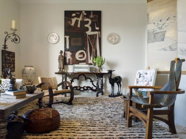 Узкий столик в гостиной с коваными ножками