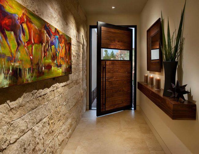 Консоль, прикрученная к стене в прихожей, в виде небольшой полочки