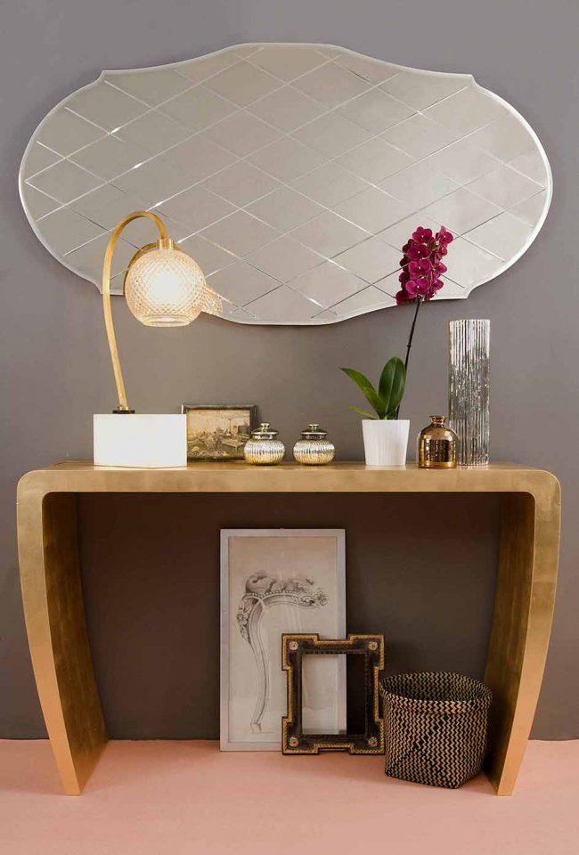 Металлический узкий столик в стиле модерн