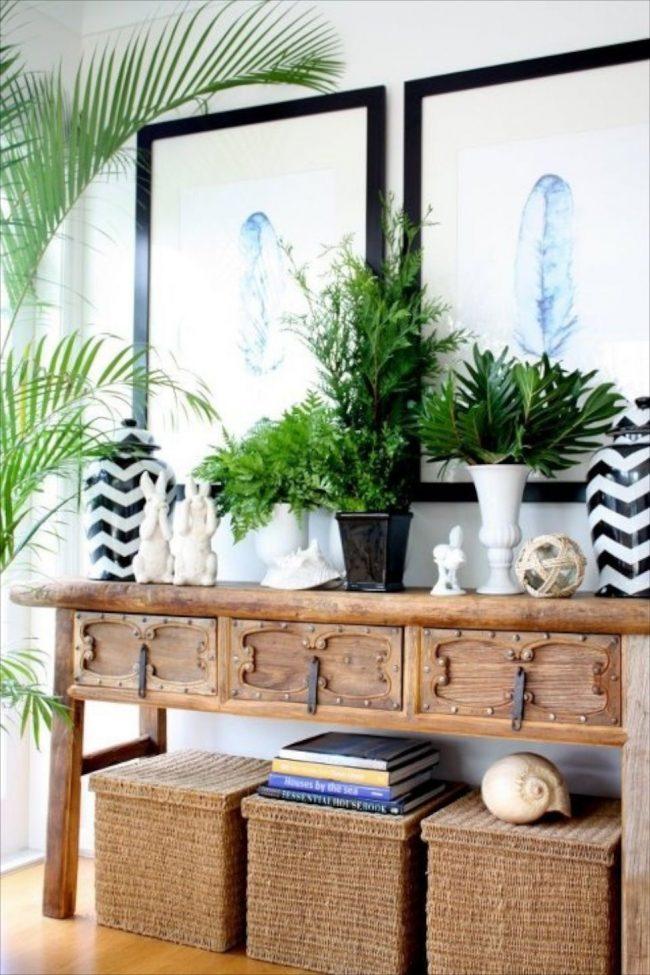 Консольный столик из древесины выглядит изыскано в колониальном стиле