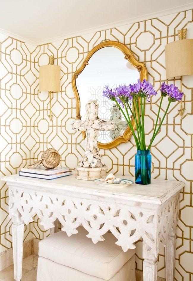 Белый резной консольный столик - самые популярный вариант