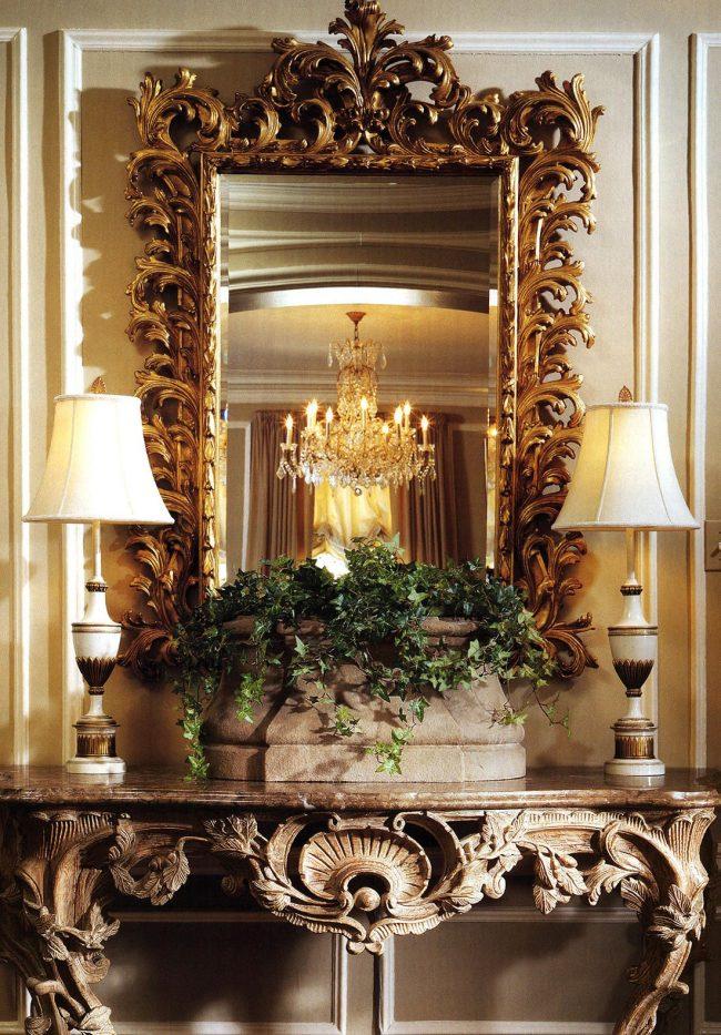 Роскошные элементы в дизайне консольного столика использовались еще со времен дворцов Короля-Солнца