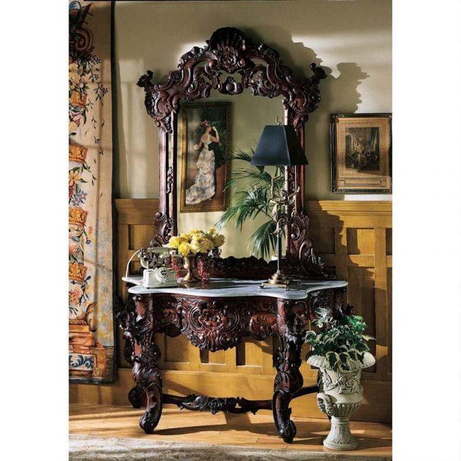 Роскошный внешний вид консольных столиков возможен благодаря использованию резных элементов