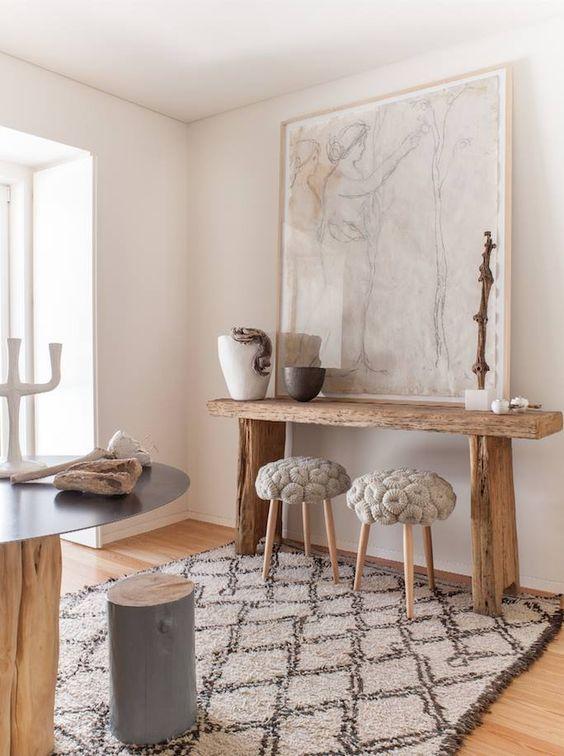 Консольный столик в рустикальном стиле с необработанной древесины