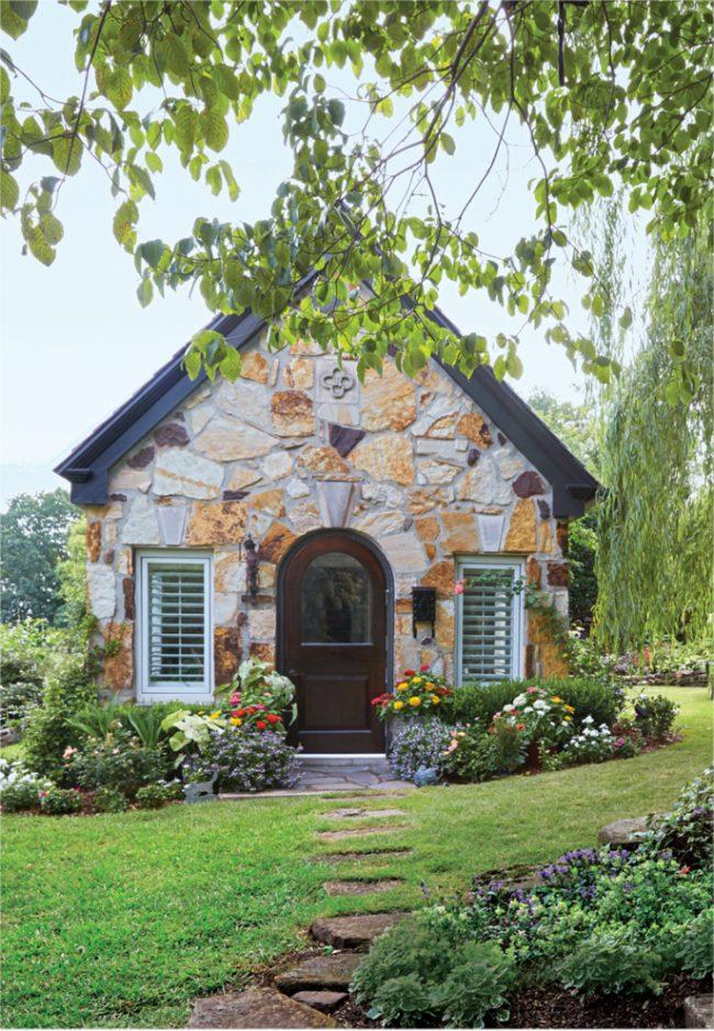 Внешняя отделка дома крупным диким камнем