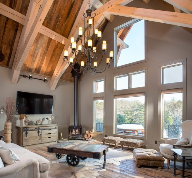Интерьер в классическом стиле внутри деревянного коттеджа