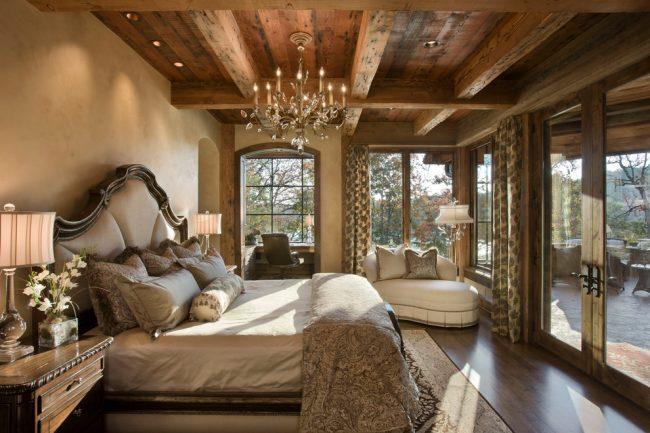 Гармоничное сочетание противоположных стилей в интерьере панорамной комнаты