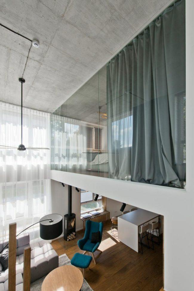 Необычная внутренняя перегородка между комнатами из стекла