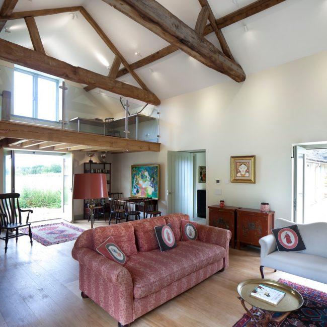 Современные дизайнерские приемы, примененные в традиционном интерьере загородного дома