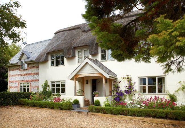 Светлый дом из пеноблоков с классической покраской фасада