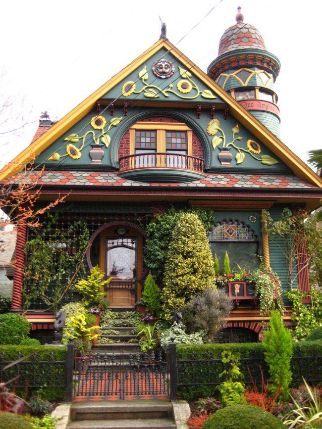 Сказочный коттеджный дом в ярких красках