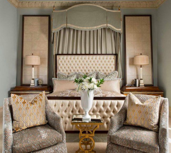 Кресла с обшивкой из парчи в спальне в духе ампир