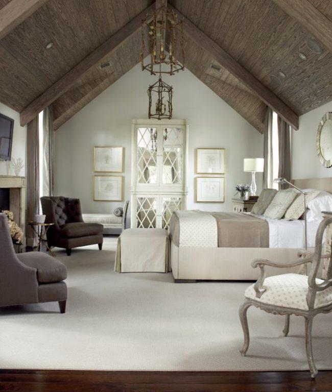 Мягкие раскладные кресла роскошно смотрятся в классической спальни