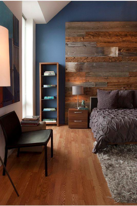 Маленькое кресло без подлокотников в интерьере маленькой спальни
