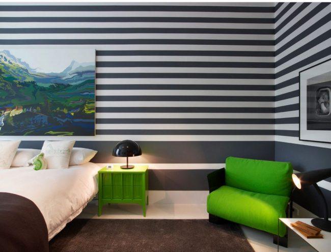 Яркое кресло добавит красок в интерьер спальни
