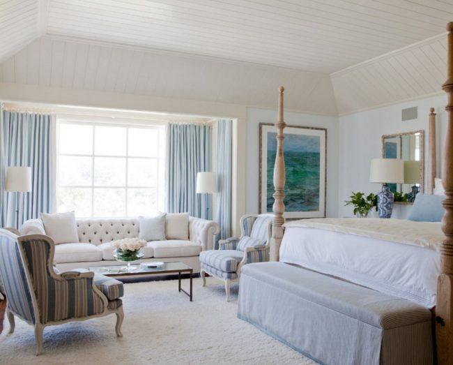 Кресла в классической спальне
