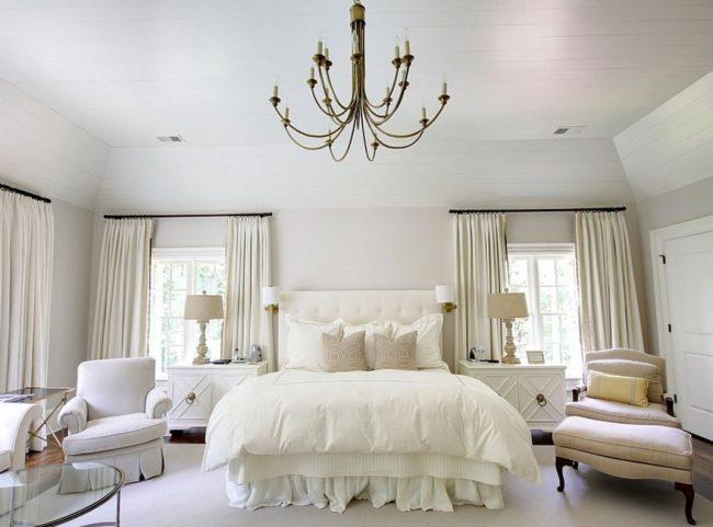 Светлая спальня с мягкими стульями