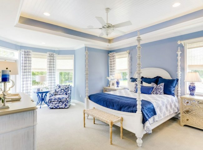 Кресло в спальню: яркая синяя обшивка кресла в сочетании с текстилем и предметами интерьера