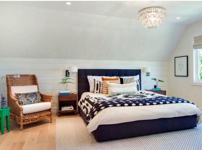 Кресло из лозы с мягкими подушками украсит любую спальню