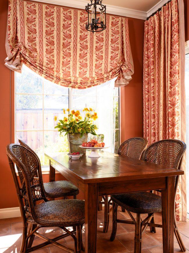 Гармоничное сочетание простой и английской шторы из одинаковой ткани