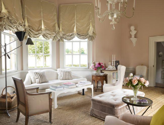 Гостиная комната, оформленная в английском стиле на современный лад