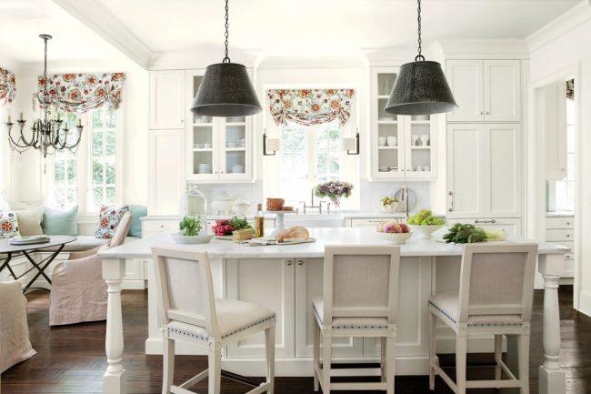 Светлая кухня с акцентными элементами текстиля