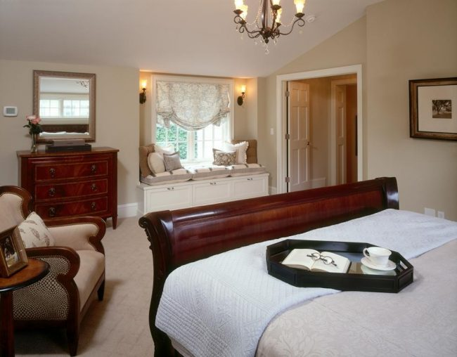 Светлая спальня в стиле ампир с широким окном, украшенным английской шторой