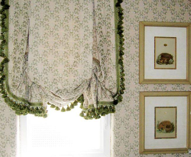 Лондонская штора в теплых пастельных тонах с контрастной бахромой