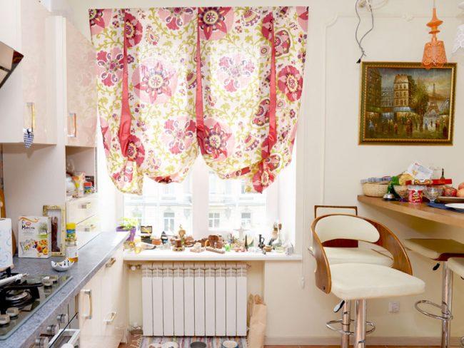 Веселый мотив лондонской шторы для небольшого кухонного окна